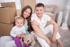 La jeune famille amicale va se déplacer Image stock