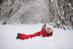 La jeune famille avec des enfants marchent en parc d'hiver Winte Photo stock