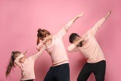 La jeune famille de danse sur le rose photos libres de droits