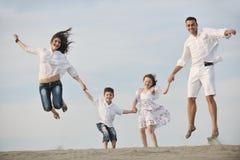 La jeune famille heureuse ont l'amusement sur la plage Photographie stock libre de droits