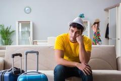 La jeune famille se préparant aux vacances de voyage Image libre de droits