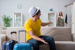 La jeune famille se préparant aux vacances de voyage Photo libre de droits