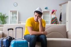 La jeune famille se préparant aux vacances de voyage Photo stock