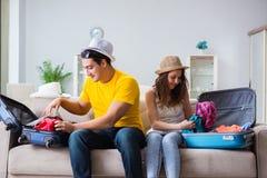 La jeune famille se préparant aux vacances de voyage Image stock