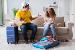 La jeune famille se préparant aux vacances de voyage Photographie stock