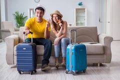 La jeune famille se préparant aux vacances de voyage Photos libres de droits
