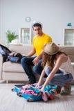 La jeune famille se préparant aux vacances de voyage Images stock