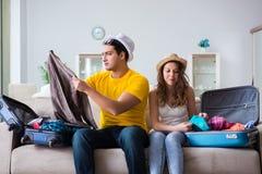 La jeune famille se préparant aux vacances de voyage Photographie stock libre de droits
