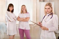 La jeune femelle soigne l'équipe dans l'hôpital photographie stock libre de droits