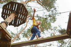 La jeune femme équilibre bravement au-dessus d'un obstacle photographie stock libre de droits