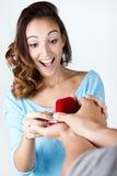 La jeune femme accepte une bague de fiançailles Photo libre de droits