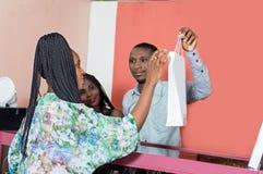 La jeune femme achète des marchandises images libres de droits