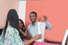 La jeune femme achète des marchandises photographie stock
