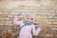 La jeune femme adulte ont l'amusement sur le vieux fond de mur de briques Images libres de droits