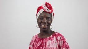 La jeune femme africaine chante et danse banque de vidéos