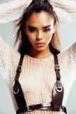 La jeune femme Afro de beauté dans la fin de chandail, regard sexy d'hiver, mode composent images stock