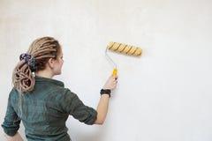La jeune femme a amorcé le mur. Photographie stock