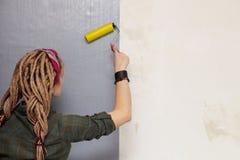 La jeune femme a amorcé le mur. Photos libres de droits