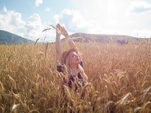 La jeune femme appréciant la nature et la lumière du soleil en paille mettent en place photos libres de droits