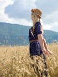 La jeune femme appréciant la nature et la lumière du soleil en paille mettent en place images libres de droits
