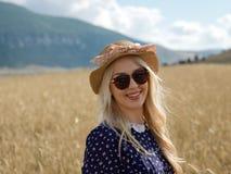 La jeune femme appréciant la nature et la lumière du soleil en paille mettent en place photo stock