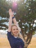 La jeune femme appréciant la nature et la lumière du soleil en paille mettent en place image libre de droits
