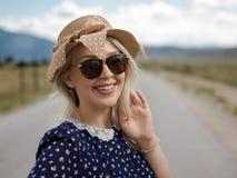 La jeune femme appréciant la nature et la lumière du soleil en paille mettent en place images stock