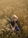 La jeune femme appréciant la nature et la lumière du soleil en paille mettent en place photographie stock libre de droits