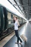 La jeune femme asiatique disent au revoir à l'ami au befo de station de train Image libre de droits