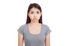 La jeune femme asiatique est dans la mauvaise humeur images stock