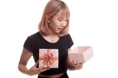 La jeune femme asiatique ouvrent un boîte-cadeau Photos libres de droits