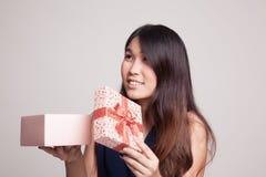 La jeune femme asiatique ouvrent un boîte-cadeau Images libres de droits
