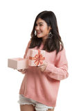 La jeune femme asiatique ouvrent un boîte-cadeau Photos stock