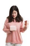 La jeune femme asiatique ouvrent un boîte-cadeau Photographie stock