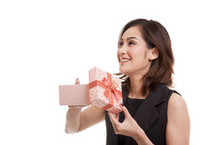 La jeune femme asiatique ouvrent un boîte-cadeau Photo libre de droits