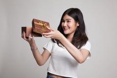 La jeune femme asiatique ouvrent un boîte-cadeau Photographie stock libre de droits