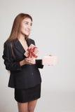 La jeune femme asiatique ouvrent un boîte-cadeau Image libre de droits