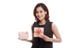 La jeune femme asiatique ouvrent un boîte-cadeau d'or Photos libres de droits
