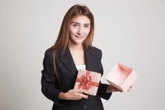 La jeune femme asiatique ouvrent un boîte-cadeau d'or Photo stock