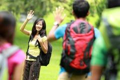 La jeune femme asiatique rencontrent son ami avec un sac à dos dessus Photos libres de droits