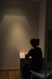 La jeune femme asiatique seul souffre d'une dépression grave l photo stock