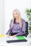 La jeune femme au bureau fait un diagramme financier Photos libres de droits