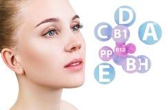 La jeune femme avec des boules de vitamines s'approchent du visage Photo libre de droits