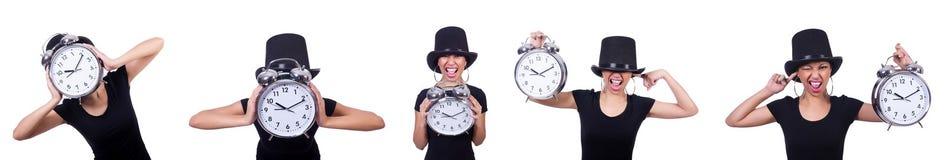 La jeune femme avec l'horloge d'isolement sur le blanc Photos stock