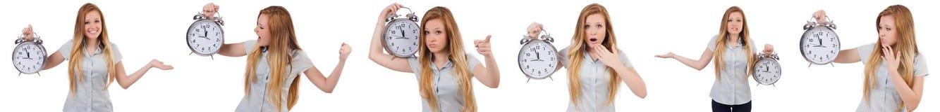 La jeune femme avec l'horloge sur le blanc image stock