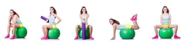 La jeune femme avec la boule s'exerçant sur le blanc Photos libres de droits