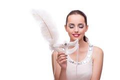 La jeune femme avec le masque de carnaval d'isolement sur le blanc Photographie stock libre de droits