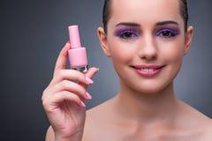 La jeune femme avec le rouge à lèvres dans le concept de beaut Photos libres de droits