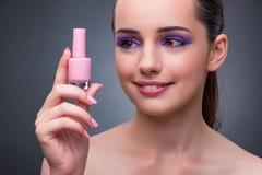 La jeune femme avec le rouge à lèvres dans le concept de beaut Photo libre de droits