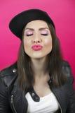 La jeune femme avec les yeux fermés envoie un baiser Lèvres dans le foc images libres de droits